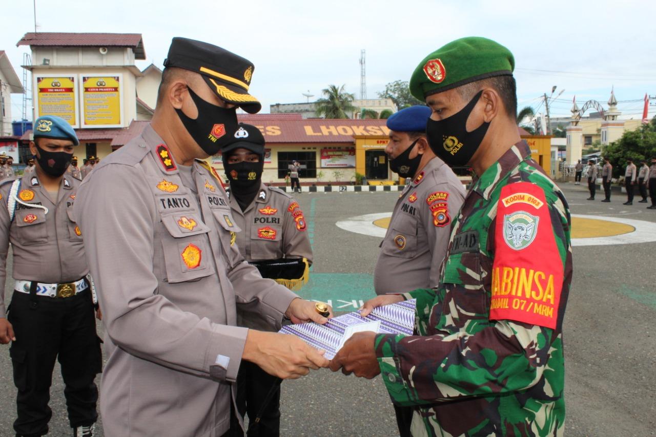 Kapolres Lhokseumawe Serahkan Perhargaan Kepada Personil Polri, TNI dan Tokoh Masyarakat