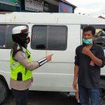 Sat Lantas Polres Lhokseumawe Bagikan Masker dan Tegur Pengendara Tidak Pakai Helm
