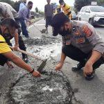 Mengantisipasi Kecelakaan Lalulintas, Polsek Banda Sakti Tambal Jalan Berlubang.