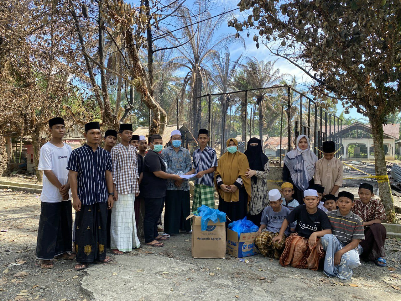 Senator Fachrul Razi Salurkan Bantuan Seragam Sekolah Untuk Santri Korban Kebakaran Dayah Serambi Makkah di Aceh Barat