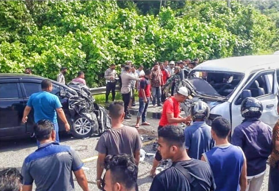 Laga Kambing Toyota Innova vs KIA Pregio di Aceh Jaya, Dua Orang Meninggal Di Rumah Sakit.