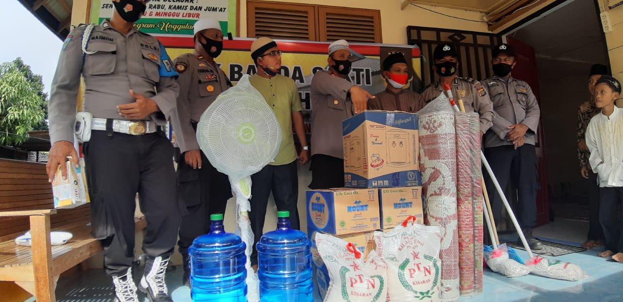 Kunjungi Lembaga Pengajian Baitul Qur'an, Kapolsek Banda Sakti Serahkan Bantuan dari Kapolres Lhokseumawe.