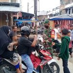 Mengajak Disiplin Prokes, Babinsa 05/Idr Bagikan Masker Kepada Warga