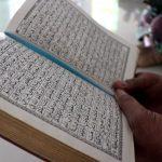 Mengaji di Masjid Sambil Menunggu Bedug Berbuka Puasa Ala Personel Kodim 0104/Atim