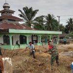 Sambut Bulan Ramadhan Aksi Babinsa 01/Sbj Gotong Royong Bersihkan Masjid